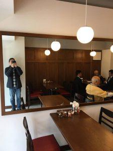 大きな鏡が印象的な店内、以前より広いです