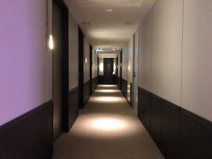 ホテルフロア内は落ち着いた雰囲気